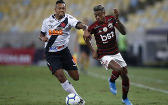 RIO DE JANEIRO, BRAZIL - NOVEMBER 13: Bruno Henrique of Flamengo and Fredy Guarin of Vasco compete for the ball during a match between Flamengo and Vasco as part of Brasileirao Seria A 2019 at Maracana Stadium on November 13, 2019 in Rio de Janeiro, Brazil. (Photo by Wagner Meier/Getty Images)