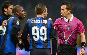 Inter Milan's forward Antonio Cassano (C) and Inter Milan's Belgian midfielder Gaby Mudingayi argue with referee Daniele Doveri during the Italian Serie A football match Inter vs Sampdoria on October 31, 2012 at San Siro stadium in Milan.  AFP PHOTO / ALBERTO LINGRIA        (Photo credit should read ALBERTO LINGRIA/AFP via Getty Images)