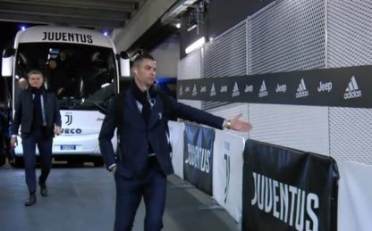 Ronaldo dà la mano ai tifosi immaginari. VIDEO