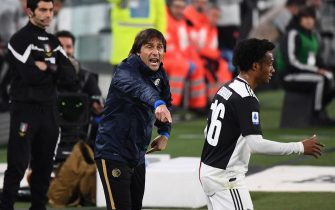 Inter Milan's Italian head coach Antonio Conte (C) shouts past Juventus' Colombian midfielder Juan Cuadrado during the Italian Serie A football match Juventus vs Inter Milan, at the Juventus stadium in Turin on March 8, 2020. - The match is played behind closed doors due to the novel coronavirus outbreak. (Photo by Vincenzo PINTO / AFP) (Photo by VINCENZO PINTO/AFP via Getty Images)