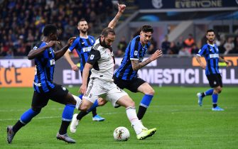 TOPSHOT - Juventus' Argentinian forward Gonzalo Higuain (C) shoots to score during the Italian Serie A football match Inter vs Juventus on October 6, 2019 at the San Siro stadium in Milan. (Photo by Alberto PIZZOLI / AFP) (Photo by ALBERTO PIZZOLI/AFP via Getty Images)