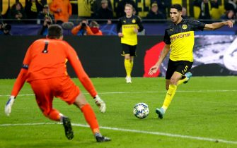 DORTMUND, GERMANY - NOVEMBER 5: Achraf Hakimi of Borussia Dortmund scores 3-2 during the UEFA Champions League  match between Borussia Dortmund v Internazionale at the Signal Iduna Park on November 5, 2019 in Dortmund Germany (Photo by Laurens Lindhout/Soccrates/Getty Images)