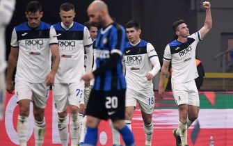 Atalanta's defender Robin Gosens from Germany  (2nd R) celebrates after scoring during the Italian Serie A football match Inter Milan vs Atalanta on January 11, 2020 at the San Siro stadium in Milan. (Photo by MARCO BERTORELLO / AFP) (Photo by MARCO BERTORELLO/AFP via Getty Images)