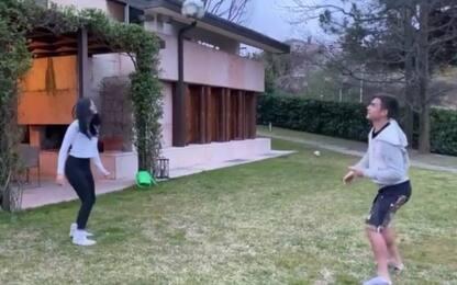 Casa Dybala, è gara di palleggi in giardino. VIDEO