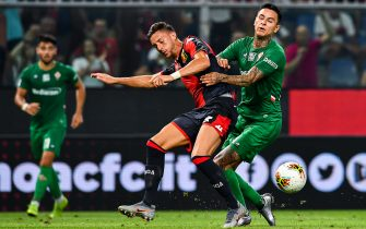 GENOA, ITALY - SEPTEMBER 01: Antonio Barreca of Genoa (left) and Erick Pulgar of Fiorentina during the Serie A match between Genoa CFC and ACF Fiorentina at Stadio Luigi Ferraris on September 1, 2019 in Genoa, Italy. (Photo by Paolo Rattini/Getty Images)