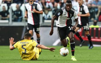 Juventus' French midfielder Blaise Matuidi (R) outruns Verona's Italian defender Davide Faraoni during the Italian Serie A football match Juventus vs Verona on September 21, 2019 at the Juventus stadium in Turin. (Photo by Isabella BONOTTO / AFP)        (Photo credit should read ISABELLA BONOTTO/AFP via Getty Images)