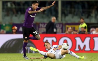 FLORENCE, ITALY - SEPTEMBER 25: Erick Pulgar of ACF Fiorentina battles for the ball with Emil Ekdal of UC Sampdoria during the Serie A match between ACF Fiorentina and UC Sampdoria at Stadio Artemio Franchi on September 25, 2019 in Florence, Italy.  (Photo by Gabriele Maltinti/Getty Images)