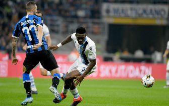 MILAN, ITALY - SEPTEMBER 25: Marcelo Brozovic of FC Internazione compete for the ball with Quissanga Basto of SS Lazio during the Serie A match between FC Internazionale and SS Lazio at Stadio Giuseppe Meazza on September 25, 2019 in Milan, Italy.  (Photo by Marco Rosi/Getty Images)