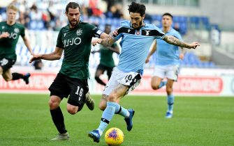 ROME, ITALY - FEBRUARY 29: Luis Alberto o of SS Lazio compete for the ball with Andrea Poli during the Serie A match between SS Lazio and  Bologna FC at Stadio Olimpico on February 29, 2020 in Rome, Italy. (Photo by Marco Rosi/Getty Images)