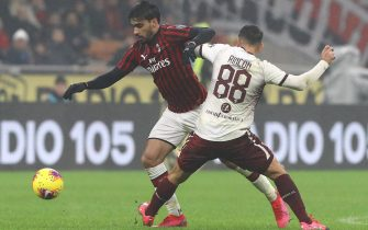 MILAN, ITALY - FEBRUARY 17:  Lucas Paqueta of AC Milan competes for the ball with Tomas Rincon of Torino FC during the Serie A match between AC Milan and Torino FC at Stadio Giuseppe Meazza on February 17, 2020 in Milan, Italy.  (Photo by Marco Luzzani/Getty Images)