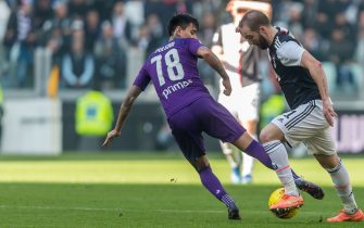 TURIN, ITALY - FEBRUARY 02: (BILD ZEITUNG OUT) Erick Pulgar of ACF Fiorentina and Gonzalo Higuain of Juventus battle for the ball during the Serie A match between Juventus and ACF Fiorentina at Allianz Stadium on February 02, 2020 in Turin, Italy. (Photo by TF-Images/Getty Images)