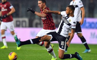 PARMA, ITALY - DECEMBER 01: Hernani of Parma Calcio competes for the ball with  Ismael Bennacer of AC Milan during the Serie A match between Parma Calcio and AC Milan at Stadio Ennio Tardini on December 1, 2019 in Parma, Italy.  (Photo by Alessandro Sabattini/Getty Images)