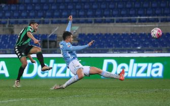 Sassuolo's Gregoire Defrel (L) scores the 0-2 goal during the Italian Serie A soccer match SS Lazio vs US Sassuolo at Olimpico stadium in Rome, Italy, 29 February 2016. ANSA/ALESSANDRO DI MEO