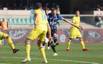 Atalanta's Josip Ilicic (C) scores the goal during the Italian Serie A soccer match AC Chievo Verona vs Atalanta BC at Bentegodi stadium in Verona, Italy, 21 October 2018.ANSA/FILIPPO VENEZIA
