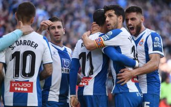 BARCELONA, SPAIN - FEBRUARY 09: Raul de Tomas of RCD Espanyol  celebrates  with teammates after scoring his team's first goal during the La Liga match between RCD Espanyol and RCD Mallorca at RCDE Stadium on February 09, 2020 in Barcelona, Spain. (Photo by Alex Caparros/Getty Images)