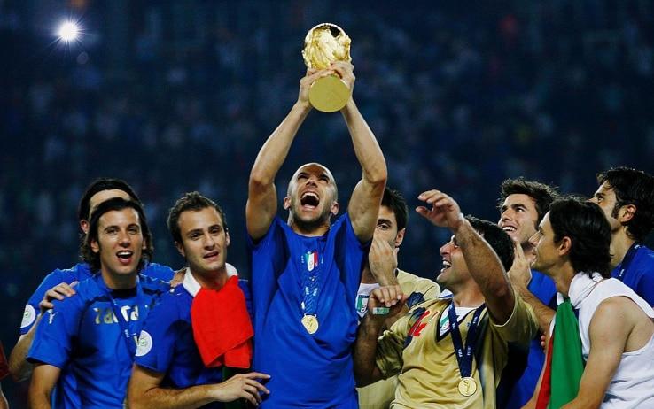 Del Piero alza la Coppa del Mondo dopo la finale vinta contro la Francia a Berlino