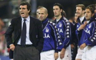 Italy's team coach Dino Zoff (L) gives instructions to his players on the sidelines during the Euro-2000 soccer championships at Feijenoord stadium in Rotterdam, 02 July 2000. France defeated Italy 2-1 in extra time.AFP PHOTO/PHILIPPE HUGUEN        (Photo credit should read PHILIPPE HUGUEN/AFP via Getty Images)