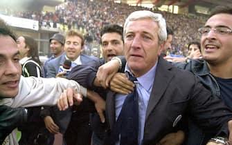 L'allenatore della Juventus Marcello Lippi festeggia il 26° scudetto bianconero subito dopo la vittoria per 2-0 a Udine che lo sancisce, in contemporanea con la sconfitta dell'Inter sul campo della Lazio, 5 maggio 2002. ANSA