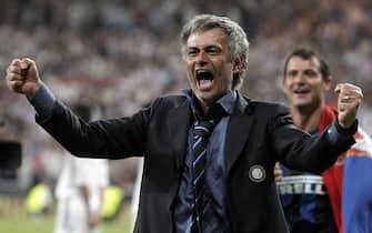 L'ex allenatore dell'Inter, Jose' Mourinho, esulta dopo aver conquistato la Champions League al termine della finale contro il Bayern Monaco allo stadio Santiago Bernabeu di Madrid, in una immagine del 22 maggio 2010.ANSA/EMILIO NARANJO