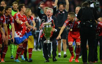 LONDON, ENGLAND - MAY 25:  Head Coach Jupp Heynckes of Bayern Muenchen holds the trophy after winning the UEFA Champions League final match against Borussia Dortmund at Wembley Stadium on May 25, 2013 in London, United Kingdom.  (Photo by Laurence Griffiths/Getty Images)