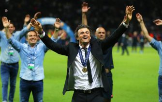 epa04787068 FC Barcelona's head coach Luis Enrique (C) celebrates after the UEFA Champions League final between Juventus FC and FC Barcelona at the Olympic stadium in Berlin, Germany, 06 June 2015. Barcelona won 3-1.  EPA/KAY NIETFELD
