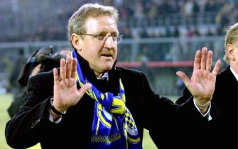 I28 - 20020106 - BERGAMO, ITALY: Coach of Chievo Verona Luigi Del Neri gives instructions to his players during an Italian Serie A soccer match against Atalanta Verons in Bergamo on Sunday 06 January 2002. Amazing Serie A debutant Chievo won 2-1 and placed third with 32 points at the end of the first half of the 2001-2002 Italian championships.  EPA PHOTO  ANSA/MAGNI/pal-fob
