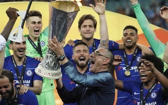 epa07611360 Chelsea's manager Maurizio Sarri lifts the trophy after winning the UEFA Europa League final between Chelsea FC and Arsenal FC at the Olympic Stadium in Baku, Azerbaijan, 30 May 2019.  EPA/YURI KOCHETKOV
