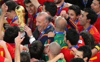 epa02245558 Spain's coach Vicente del Bosque holds the World Cup Trophy after Spain defeated Netherlands 1-0 during the FIFA World Cup 2010 Final match between the Netherlands and Spain at the Soccer City stadium outside Johannesburg, South Africa, 11 July 2010.  EPA/HALDEN KROG Please refer to www.epa.eu/downloads/FIFA-WorldCup2010-Terms-and-Conditions.pdf