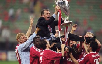 23 May 2001:  Bayern Munich Coach Ottmar Hitzfeld is held aloft by his players after the Uefa Champions League Final between Bayern Munich and Valencia played at the San Siro in Milan, Italy.  Bayern Munich won the game 5 - 4 on penalties after the gamefinished 1 - 1 After Extra Time. \ Mandatory Credit: Alex Livesey /Allsport
