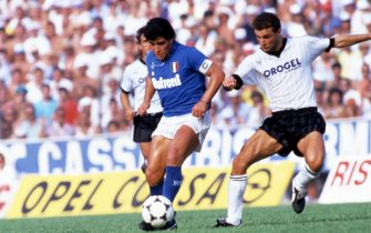 © LaPresseArchivio storicoNapoli anno 1987sport calcioNapoli - CesenaDiego Armando Maradonanella foto: il calciatore del napoli Diego Armando Maradona in azione