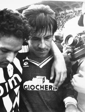 6 - Roberto Baggio e Carlos Dunga escono abbracciati dal campo al termine di Firentina-Juventus allo stadio Artemio Franchi di Firenze, 26 gennaio 1992. I viola vincono la partita per 2-0. ANSA