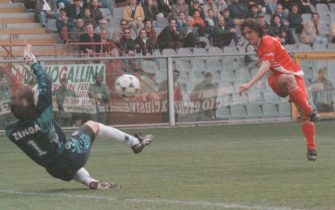 Il portiere della Sampdoria Walter Zenga (S) salva il risultato deviando il tiro dell'attaccante del Bari, Igor Protti, in una immagine del 06 aprile 1996.ANSA/MARIO FIORE