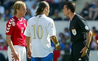© Marco Rosi \ LaPresse14 - 06 - 2004 Guimaraessport - calcio Euro 2004 Portogallo - Italia - Danimarcanella foto il momento del presento sputo di Francesco Totti a Polsen