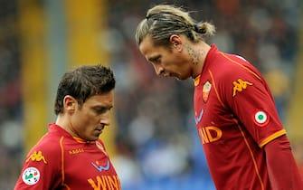 20090208-ROMA-SPO: CALCIO SERIE A-ROMA-GENOA. Il capitano della Roma Francesco Totti, parla con il compagno di squadra Mexes, durante l'incontro di campionato di serie A, oggi allo stadio Olimpico di Roma.   ANSA/ CLAUDIO ONORATI/on