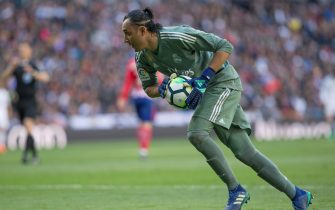 epa06655344 Real Madrid goalkeeper Keylor Navas in action during the classic derby between Real Madrid and Atletico de Madrid at Santiago Bernabeu stadium in Madrid, Spain, 08 April 2018.  EPA/Rodrigo Jimenez