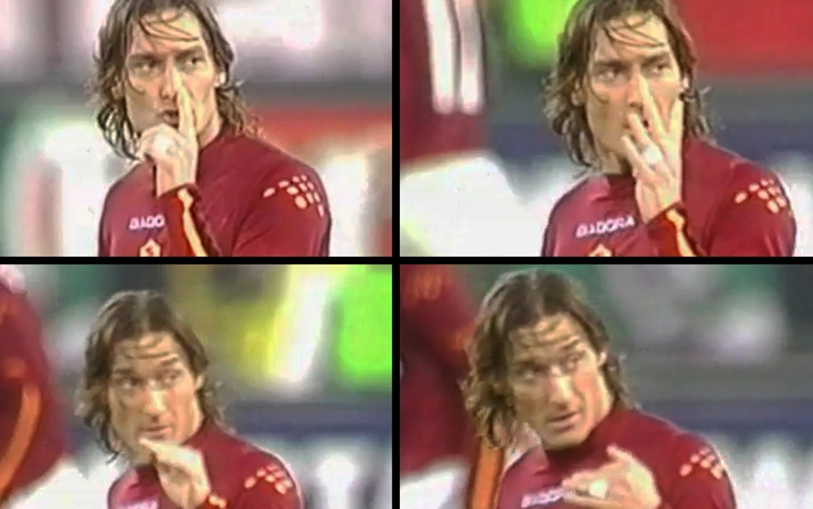 Il famoso gesto di Totti al termine di Roma-Juve del febbraio 2004