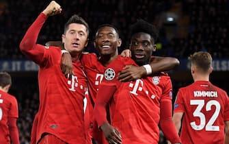 epa08247923 Bayern's Robert Lewandowski (L) celebrates scoring the third goal with Bayern's David Alaba (C) and Bayern's Alphonso Davies (R) during the UEFA Champions League Round of 16, first leg match between Chelsea FC and Bayern Munich in London, Britain, 25 February 2020.  EPA/ANDY RAIN