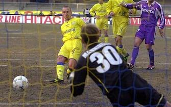VERONA 13/01/2002  CHIEVO - FIORENTINA CAMPIONATO DI CALCIO SERIE A.  EUGENIO CORINI SIGLA IL RIGORE DEL PAREGGIO DEL CHIEVO.© FRANCO TANEL/D-DAY/ANSA