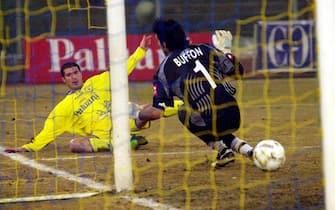 VERONA 27/01/2002  CHIEVO - JUVENTUS CAMPIONATO DI CALCIO SERIE AMARAZZINA BATTE BUFFON CON UN RASOTERRA© FRANCO TANEL/D-DAY/ANSA