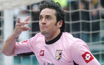 Luca Toni, all'epoca attaccante del Palermo, esulta dopo aver siglato il goal del 2-0 alla Roma in una immagine del 27 febbraio 2005.ANSA/MIKE PALAZZOTTO