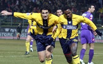 20060212-PARMA-SPR:CALCIO: PARMA-FIORENTINA.Simplicio (d) esulta con Corradi  dopo avere  realizzato il gol dell'1-0 per il Parma oggi allo stadio 'Tardini' di Parma.GIORGIO BENVENUTI/ANSA