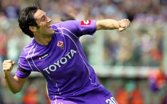 Luca Toni, con la maglia della Fiorentina, esulta dopo aver segnato il goal contro la Reggina in una immagine del 07 maggio 2006.ANSA/CARLO FERRARO