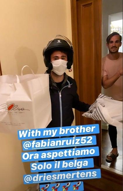 Fabian Ruiz riceve la pizza a domicilio