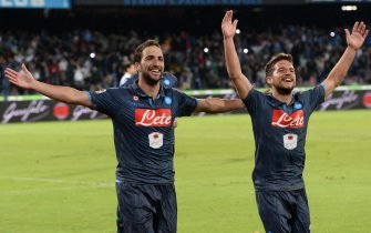 SSC Napoli's forward Gonzalo Higuain (l) exults with teammate Dries Mertens after scoring the goal of 6-2, his third, and the last in this match, during the italian serie A soccer match Napoli-Hellas Verona at San Paolo stadium, Naples, 26 October 2014. ANSA / CIRO FUSCO