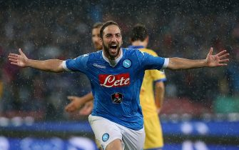 NAPLES, ITALY - MAY 14:  Gonzalo Higuain of Napoli celebrates after scoring his team's 4th goal during the Serie A match between SSC Napoli and Frosinone Calcio at Stadio San Paolo on May 14, 2016 in Naples, Italy.  (Photo by Maurizio Lagana/Getty Images)