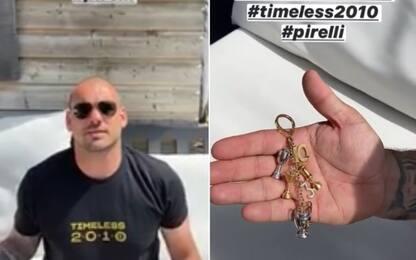 Inter, Sneijder mostra il regalo per il Triplete