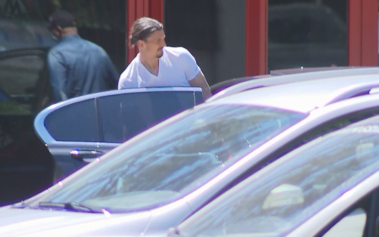 Ibrahimovic lascia Milanello senza stampelle (foto SKY)