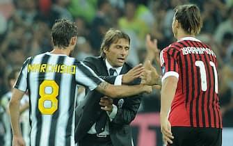 L'attaccante svedese del Milan, Zlatan Ibrahimovic (D), saluta il centrocampista della Juventus Claudio Marchisio e l'allenatore bianconero Antonio Conte al termine della partita del campionato di Serie A, questa sera 02 ottobre 2011 al Juventus stadium di Torino.ANSA/DANIEL DAL ZENNARO
