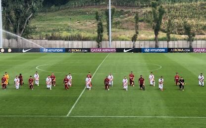 Anche la Roma in ginocchio per George Floyd. FOTO