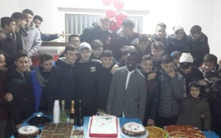 Musa Juwara festeggia il compleanno con i suoi compagni ad Avigliano